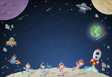 Astronauttecknad filmtecken på månen med ett främmande rymdskepp Royaltyfri Bild