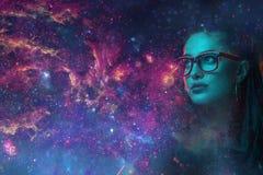 Astronautyczna neonowa dziewczyna w wizerunku galaxy fotografia stock