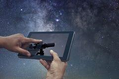 Astronautycznej astronomii eksploraci pojęcie Nocne Niebo pastylki teleskop Zdjęcie Royalty Free