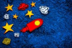 Astronautycznej turystyki pojęcie Patroszone rakiety lub statku kosmicznego blisko gwiazdy, planety, asteroidy na błękitnej tło o zdjęcie stock