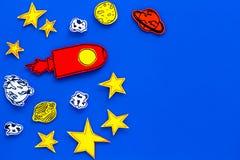 Astronautycznej turystyki pojęcie Patroszone rakiety lub statku kosmicznego blisko gwiazdy, planety, asteroidy na błękitnej tło o fotografia stock