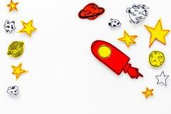 Astronautycznej turystyki pojęcie Patroszone rakiety lub statku kosmicznego blisko gwiazdy, planety, asteroidy na białej tło odgó zdjęcie royalty free