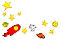 Astronautycznej turystyki pojęcie Patroszone rakiety lub statku kosmicznego blisko gwiazdy, planety, asteroidy na białej tło odgó zdjęcia stock