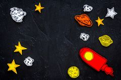 Astronautycznej turystyki pojęcie Patroszone rakiety lub statku kosmicznego blisko gwiazdy, planety, asteroidy na czarnej tło odg obraz royalty free