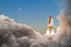 Astronautyczny wahadłowiec zaczyna swój misję i bierze daleko w niebo obraz royalty free