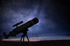 Astronomía y estrellas observando concepto Silueta del telescopio y del cielo nocturno estrellado en fondo imagenes de archivo