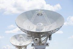 Astronomicznego teleskopu naczynia przy niebieskim niebem Zdjęcia Stock
