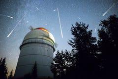 Astronomiczny obserwatorium pod nocne niebo gwiazdami Obrazy Royalty Free