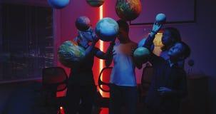 Astronomie de enseignement de jeune professeur avec des modèles de planète clips vidéos