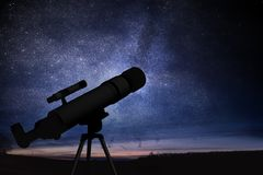 Astronomie en sterren die concept waarnemen Silhouet van telescoop en sterrige nachthemel op achtergrond stock afbeeldingen