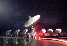 Astronomie - Radiotelescopen die naar omhoog op Nacht richten Royalty-vrije Stock Afbeeldingen
