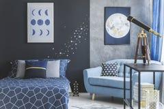 Astronomisch slaapkamerbinnenland met telescoop stock afbeelding