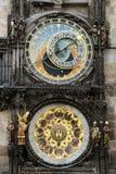Astronomische clockand Abbildungen in Prag Stockbilder