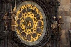 Astronomische Klok bij Oude Stad Hall Tower In Pague stock afbeeldingen