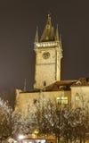 Astronomische klok met traditionele Kerstmismarkten bij Oud stadsvierkant in Praag, Tsjechische republiek Royalty-vrije Stock Foto's