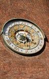 Astronomische klok op muurStadhuis Stock Foto