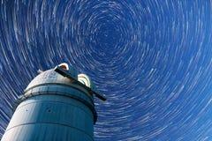 Astronomische Sterne des Observatoriumnächtlichen himmels Timelapse in Kometenumb. Lizenzfreie Stockfotografie