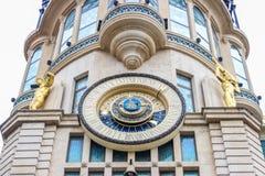Astronomische Uhr BATUMIS, GEORGIA 1. Juli 2015, die Zeit des Tages und der Platzierung der Sonne und des Mondes, Mondphase, Meri Stockbilder