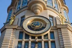 Astronomische Uhr, die Zeit des Tages und der Platzierung der Sonne und des MOO zeigt Stockfoto