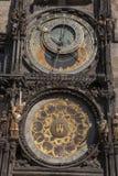 Astronomisk klocka i gammal stadfyrkant; StirrandeMesto grannskap; Arkivfoton