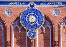 Astronomisk klocka i Riga, Lettland Inskriften på byggandet royaltyfri fotografi