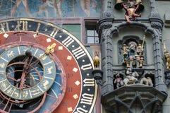 Astronomisk klocka på det medeltida klockatornet - Zytglogge Klockan har mån- faser och visar det aktuella zodiaktecknet Bern arkivfoton