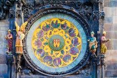 Astronomisk klockaOrloj closeup i Tjeckien, Europa tappning för stil för illustrationlilja röd Detalj för Prague klockatorn Beröm fotografering för bildbyråer