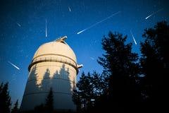 Astronomisk observatorium under stjärnorna för natthimmel karaktärsteckning Royaltyfri Fotografi