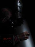 Astronomo dilettante con il telescopio dobsonian del riflettore che esamina il modo del latte Fotografie Stock