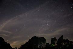 Astrophopo profundo del cielo, estrellas de la noche, acantilado del rock. Tailandia. Foto de archivo libre de regalías