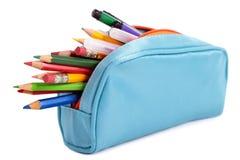 Astuccio per le matite in pieno con le penne e le matite, isolate su fondo bianco Immagini Stock