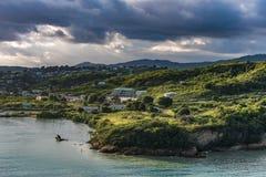 Astuce d'île de l'Antigua au lever de soleil avec le ciel orageux Images stock