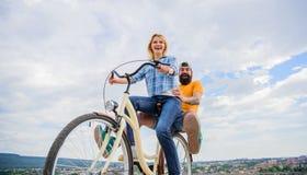 Astuces actives de loisirs Idées de vacances d'été Appréciez le vélo d'équitation de vacances de vacances d'été La jeunesse ont l images libres de droits