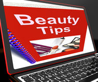 Astuces de beauté sur l'ordinateur portable montrant des signes de maquillage Photographie stock libre de droits