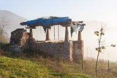 Asturian horreo зернохранилища в тумане утра около Овьедо, Астурии Стоковые Фотографии RF