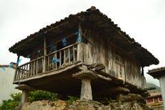 Asturian Horreos på den Camin Encantau rutten i rådet av Llanes Natur lopp, landskap, skogar, fantasi royaltyfri foto