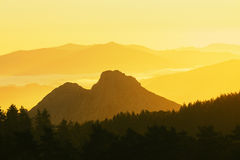 Astxiki-Bergspitze bei Sonnenuntergang in Urkiola Lizenzfreie Stockbilder