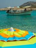Astypalaia, Grecia agosto de 2016 Un paraguas colorido con el cryst Imagenes de archivo