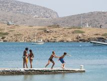 Astypalaia, Grecia agosto 2016 gioco di bambini su un pilastro vicino alla b Immagini Stock Libere da Diritti