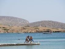 Astypalaia, Grecia agosto 2016 gioco di bambini su un pilastro vicino alla b Fotografia Stock Libera da Diritti