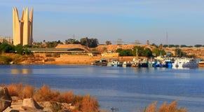 Asuán Lotus Tower en el banco de la presa de Asuán en Egipto fotografía de archivo libre de regalías