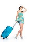 ?asual Frau, die mit Reisenkoffer steht Lizenzfreie Stockfotografie