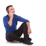 Asual mężczyzna opowiada na telefonie Zdjęcia Stock