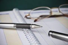 Asunto, cartas de los libros, contabilidad de los costos, pluma Foto de archivo