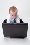 Asunto del bebé que trabaja en la computadora portátil Fotografía de archivo libre de regalías