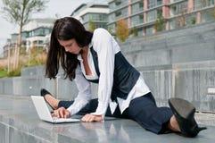 Asunto flexible - mujer con la computadora portátil Foto de archivo