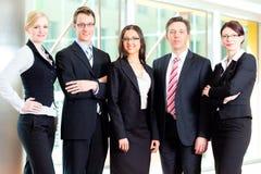 Asunto - grupo de empresarios en oficina Imágenes de archivo libres de regalías
