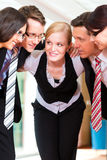 Asunto - grupo de empresarios en oficina Imagen de archivo