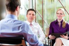 Asunto - hombre joven y CEO en entrevista de trabajo imagen de archivo