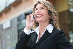 Asunto, mujer de Corproate, en el teléfono celular Imagen de archivo libre de regalías